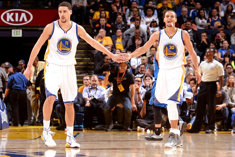 OAKLAND, CA - FEBRUARY 4: Klay Thompson #11 high fives teammate Stephen Curry #30 of the Golden State Warriors while facing the Dallas Mavericks on February 4, 2015 at Oracle Arena in Oakland, California. NOTE TO USER: User expressly acknowledges and agrees that, by downloading and or using this photograph, user is consenting to the terms and conditions of Getty Images License Agreement. Mandatory Copyright Notice: Copyright 2015 NBAE (Photo by Noah Graham/NBAE via Getty Images)